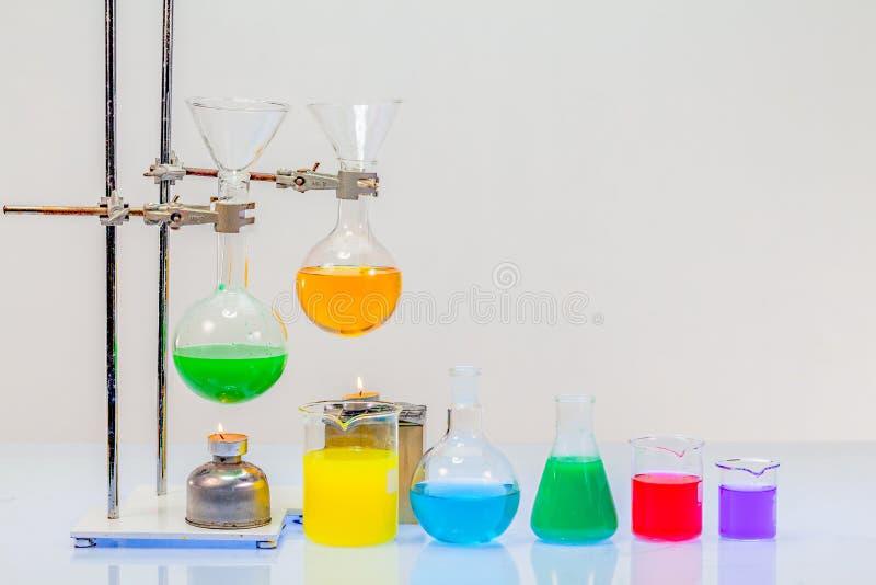 utrustning av destillation i laborationer royaltyfria foton