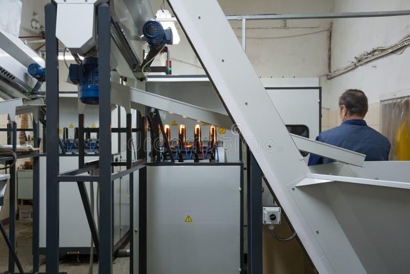 Utrustning för att blåsa plast-flaskor från preforms royaltyfria foton