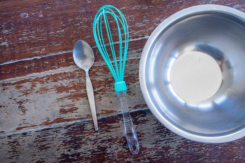 Utrustning för framställning av hemlagad glass med plastbunken och morrhåret på trätabellen Föräldrar och ungeaktivitet royaltyfria foton