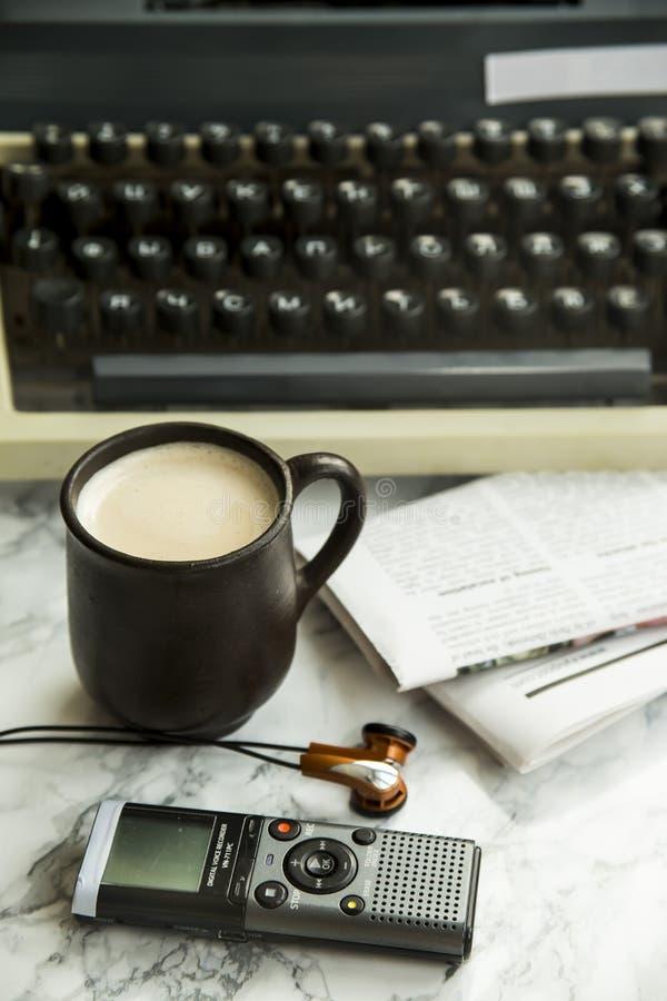 Utrustning för journalist, copywriter, författare eller poeten för en kopp kaffe arkivfoton
