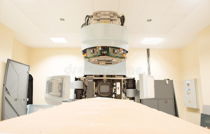 Utrustning för radioterapiröntgenstrålebildläsare under reparation royaltyfria foton