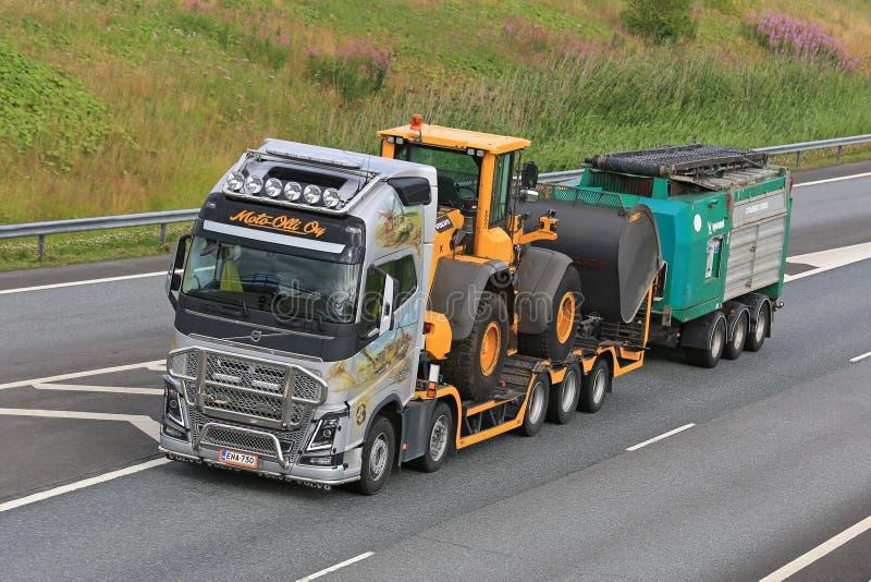 Utrustning för Volvo FH transportsträckaskurkroll royaltyfria bilder