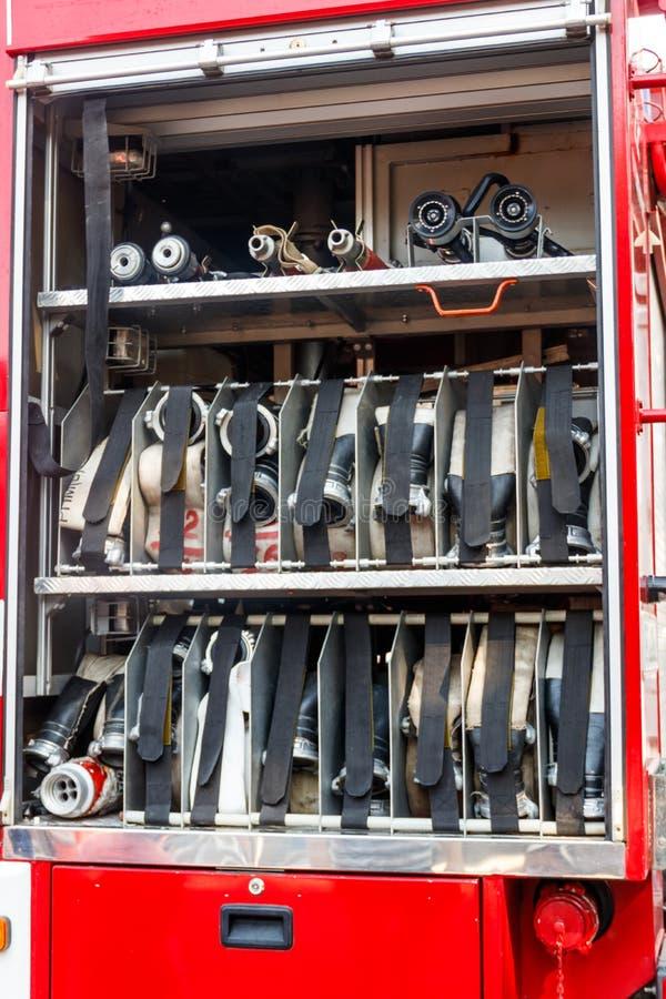 utrustning f?r r?ddningsaktionbrandlastbil Rum av hoprullade brandslangar p? en brandmotor royaltyfri fotografi