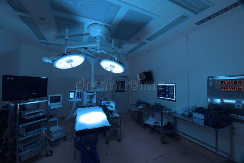 Utrustning och medicinska apparater i modernt fungeringsrum royaltyfri fotografi