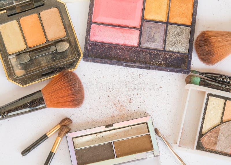 Utrustning och skönhetsmedel för makeup på makeupen arkivbild