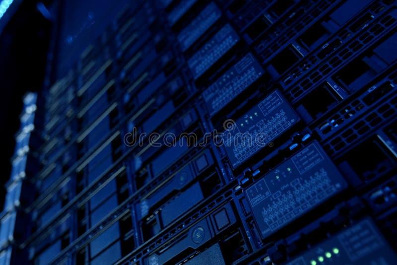 Utrustning på hyllorna är datorhallen Serverdatummitt arkivbilder