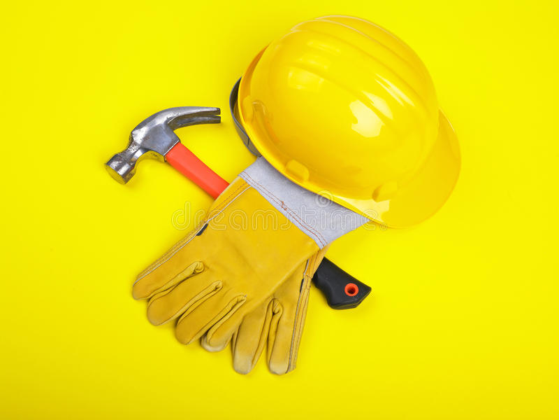 utrustninghandskar hammer hardhatarbetaren royaltyfri bild