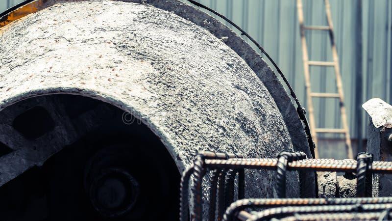 Utrustninghjälpmedel för konkret blandare i arbetsframsidabruk för konstruktionsplats arkivbild