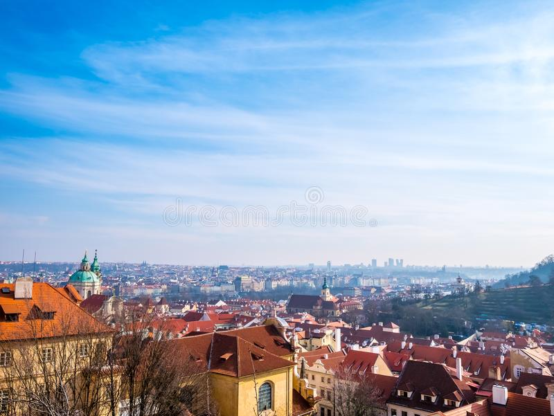Utrymme för blå himmel för sikt för Prague Tjeckiencityscape för för stadbyggnad för text historisk stad för gammal gränsmärke royaltyfri fotografi