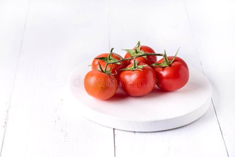 Utrymme för kopia för bakgrund för mogna smakliga röda för tomatlantgård organiska grönsaker för tomater nya sunda vitt arkivbild
