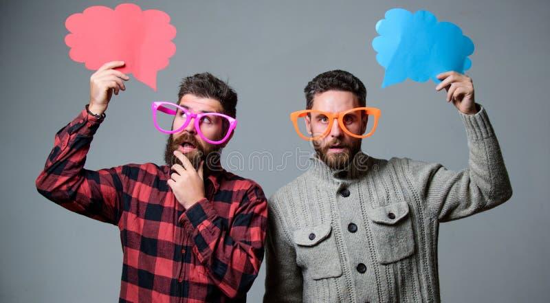 Utrymme för kopia för bubbla för aktieåsiktanförande Komiker och att blidka avkänning Män med den mogna hipsteren för skägget och arkivfoto