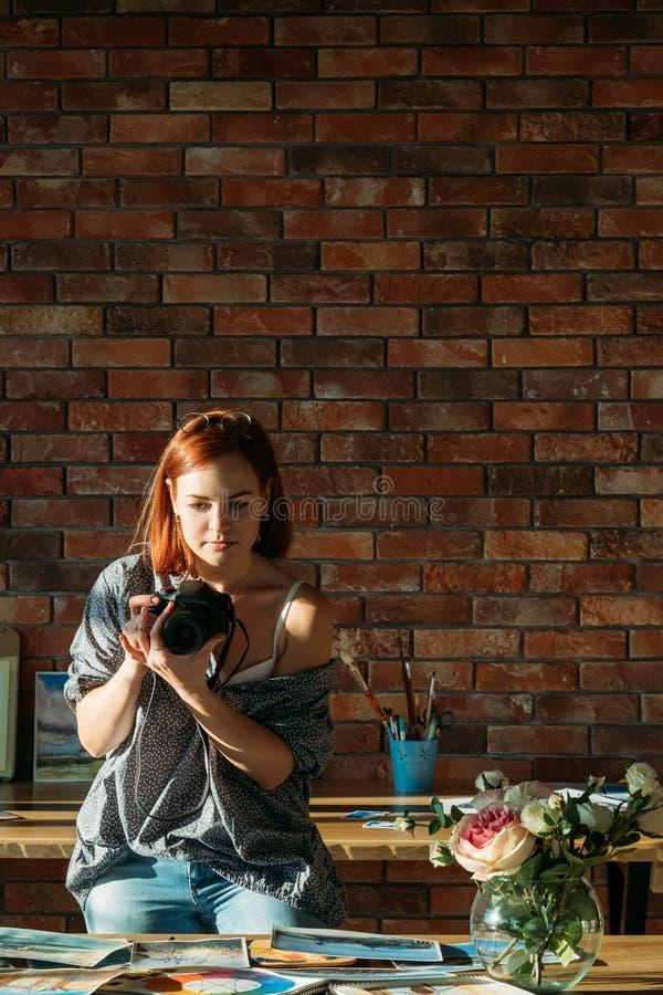 Utrymme för kopia för foto för kvinna för målarebloggerteckning royaltyfri foto