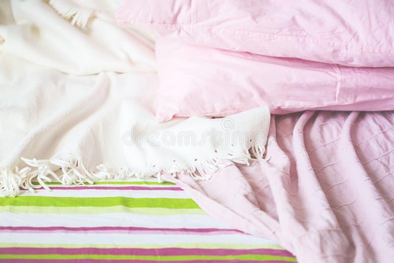 Utrymme för kopia för kudde för filt för sängsängkläderpläd royaltyfria bilder