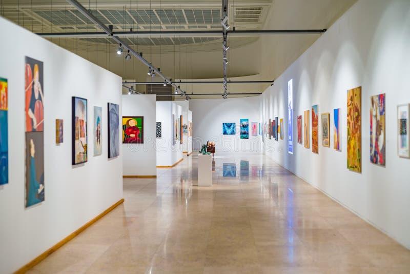 Utrymme för modern konstgalleri med målningar arkivfoto