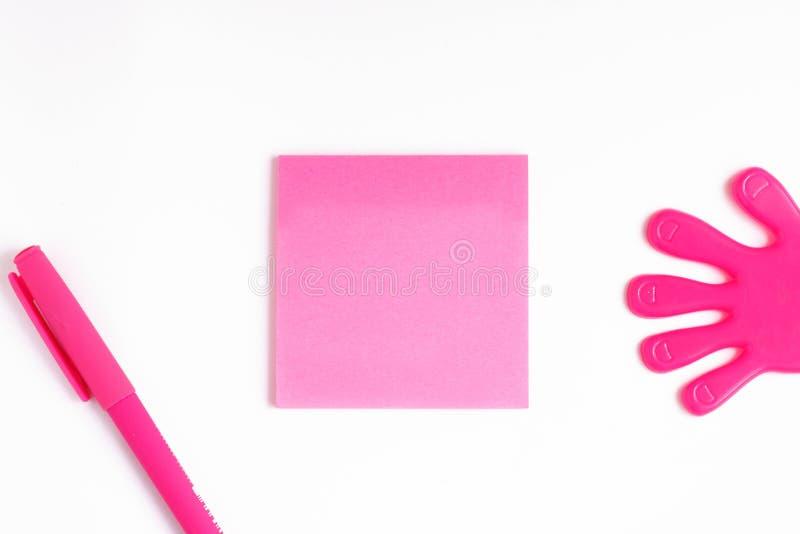 Utrymme för text på en rosa klistermärke, mall för att skriva, rosa penna bredvid arket av papper för att skriva, royaltyfria bilder