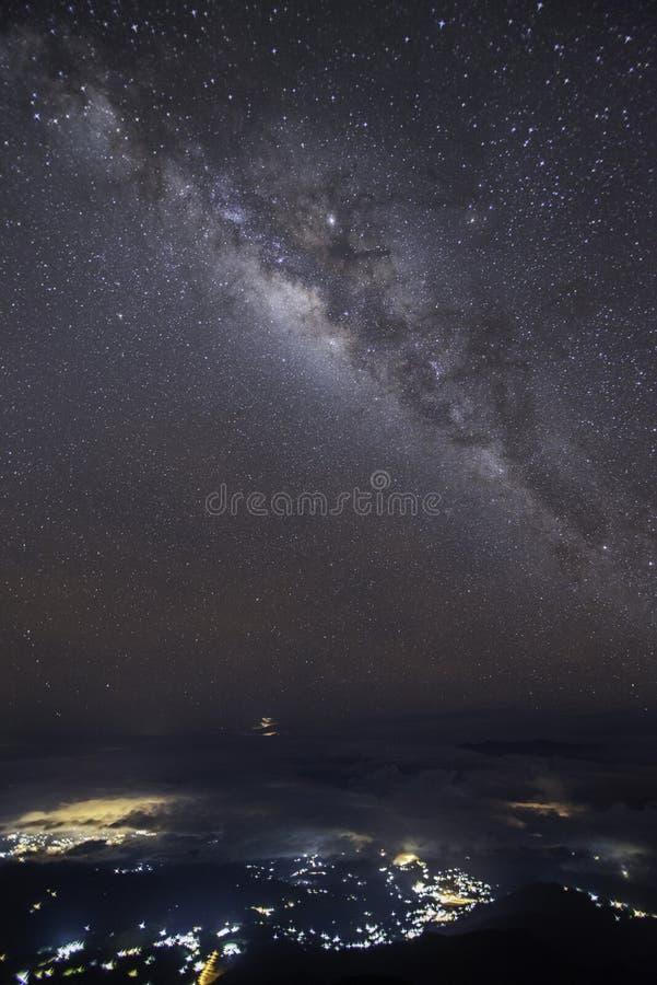 Utrymme f?r panoramasiktsuniversum sk?t av galax f?r mj?lkaktig v?g med stj?rnor p? en bakgrund f?r natthimmel royaltyfri foto