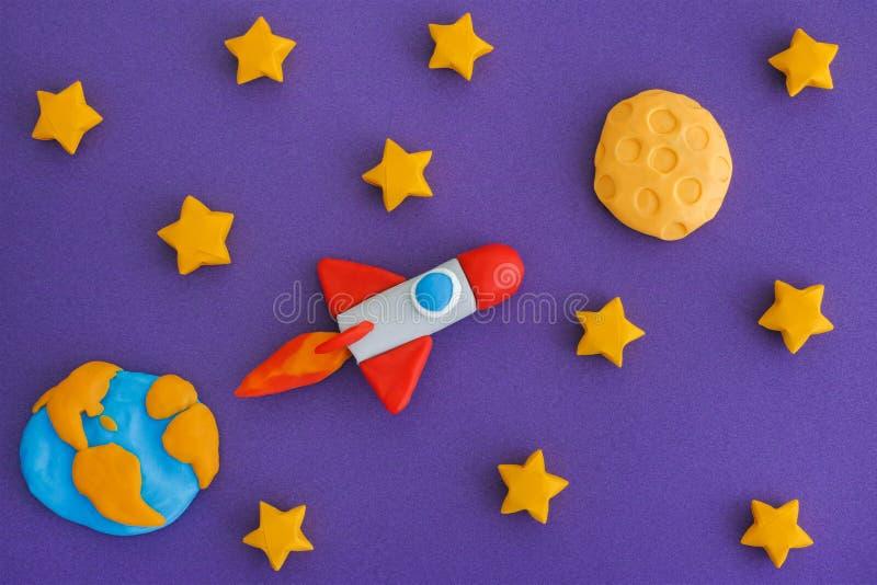 Utrymme Rocket Flying To The Moon till och med den stjärnklara himlen royaltyfri bild