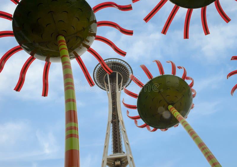 Utrymmevisare som beskådas till och med Sonic Bloom skulptur i den Seattle mitten fotografering för bildbyråer