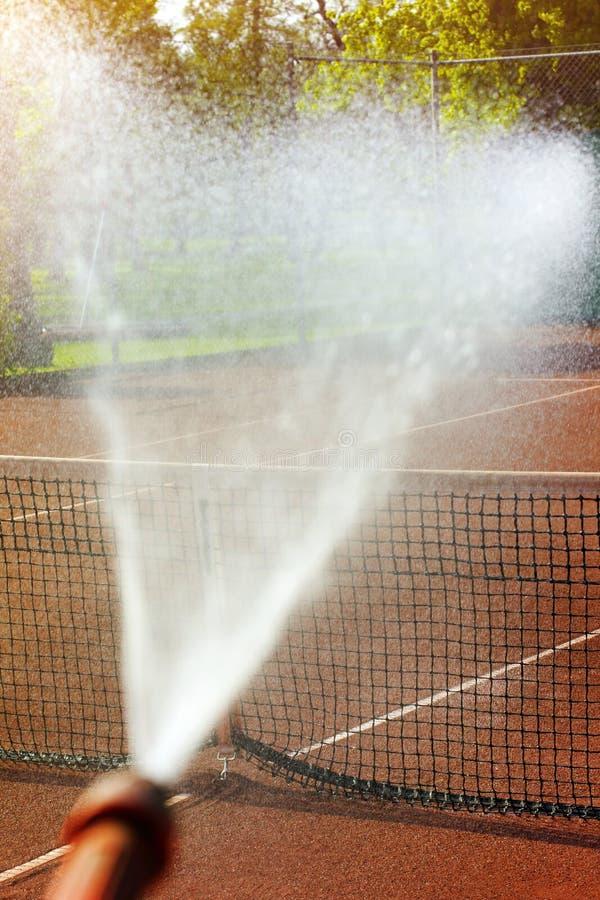 Utrzymania kropidła tenisowy sąd obraz royalty free