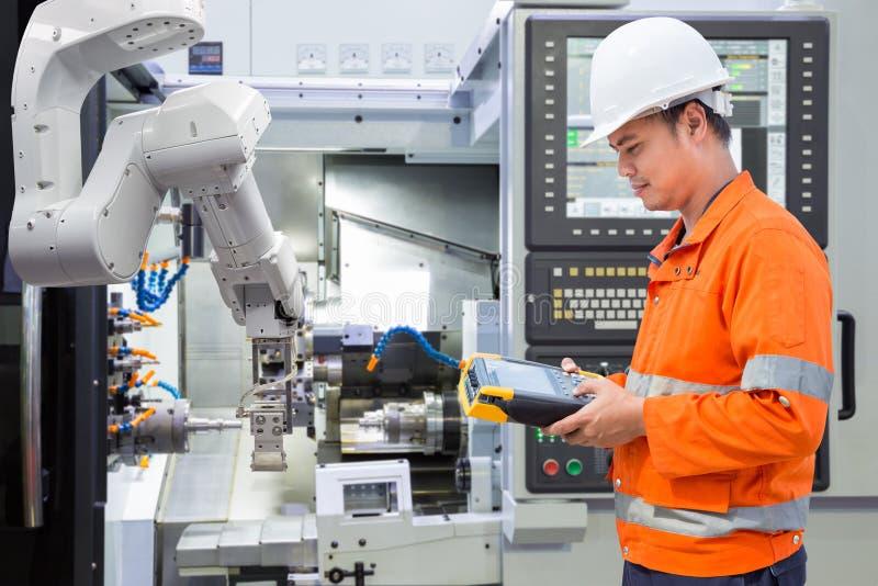 Utrzymanie inżynier programuje automatyzujący mechanicznego z CNC obrazy royalty free