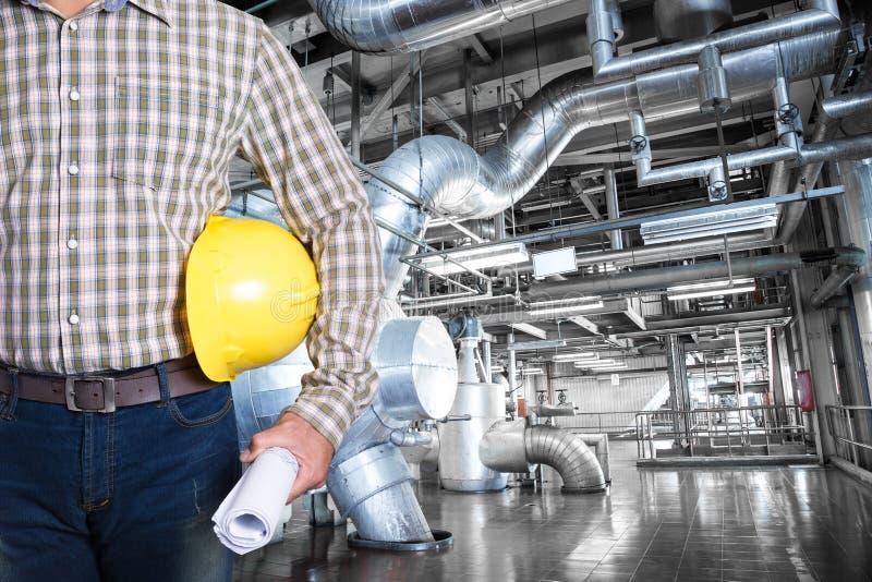 Utrzymanie technik wśrodku termicznej elektrowni fabryki obraz royalty free