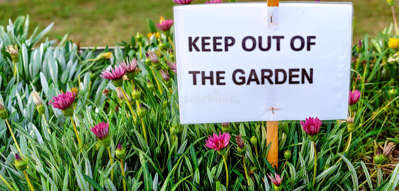 Utrzymanie Z ogródu Podpisuje Wewnątrz kwiatu łóżko obrazy stock