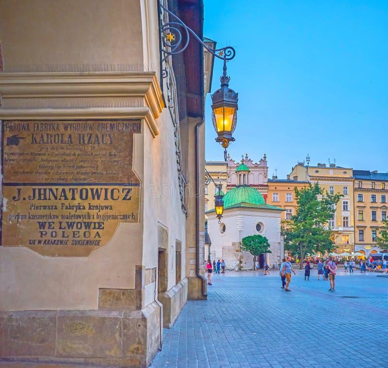 Utrzymany średniowieczny signboard na Sukiennice w Krakow, Polska obrazy royalty free