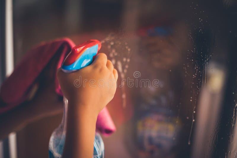 Utrzymujący okno czyści i rozjaśnia obraz stock