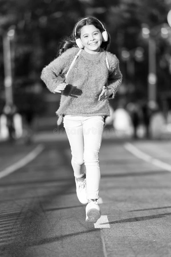 Utrzymuje chodzenie Dziewczyny dziecko na bieg ?ladzie Ma?e dziecko cieszy si? sport aktywno?? Ma?y wielbiciel sportu Sport i spr zdjęcie royalty free