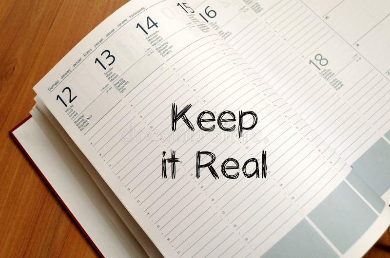 Utrzymuje mnie pisać na notatniku real fotografia royalty free