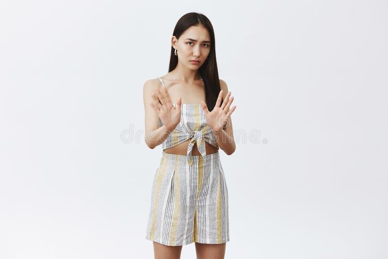 Utrzymuje mnie zdala od ja, Ja jest na diecie Portret intensywna nierada i zmartwiona śliczna azjatykcia kobieta w dopasowywaniu  obrazy stock