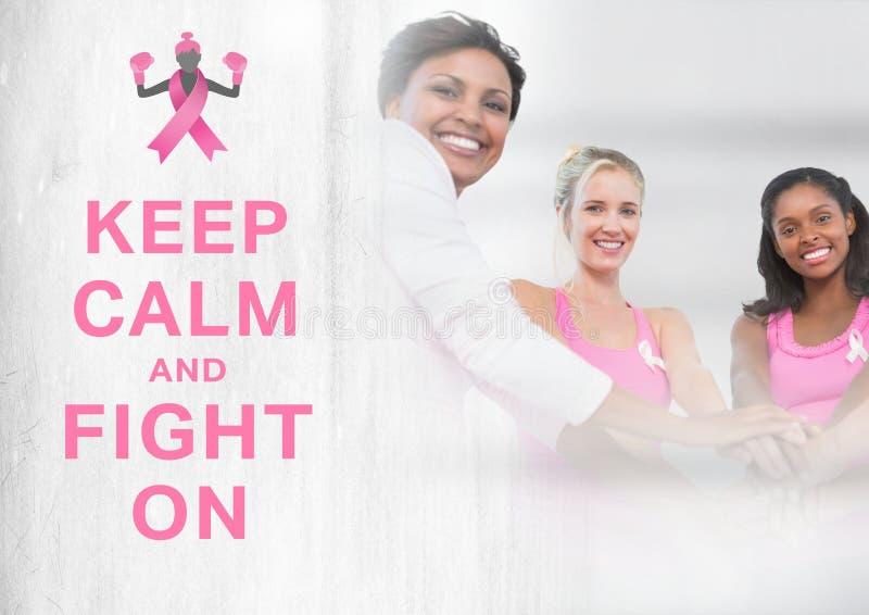 Utrzymuje spokój i walkę na tekscie z nowotwór piersi świadomości kobietami stawia ręki wpólnie zdjęcia royalty free