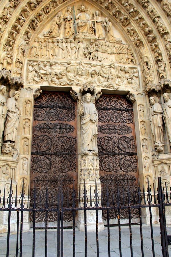 Utsökt detalj i carvings i välvda dörröppningar, Notre Dame Cathedral, Paris, 2016 arkivfoto