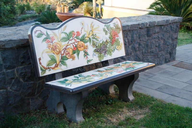 Utsökt stena bänken med blommamålning i parkerar på lutningen av Vesuvius, Naples, Italien arkivfoton