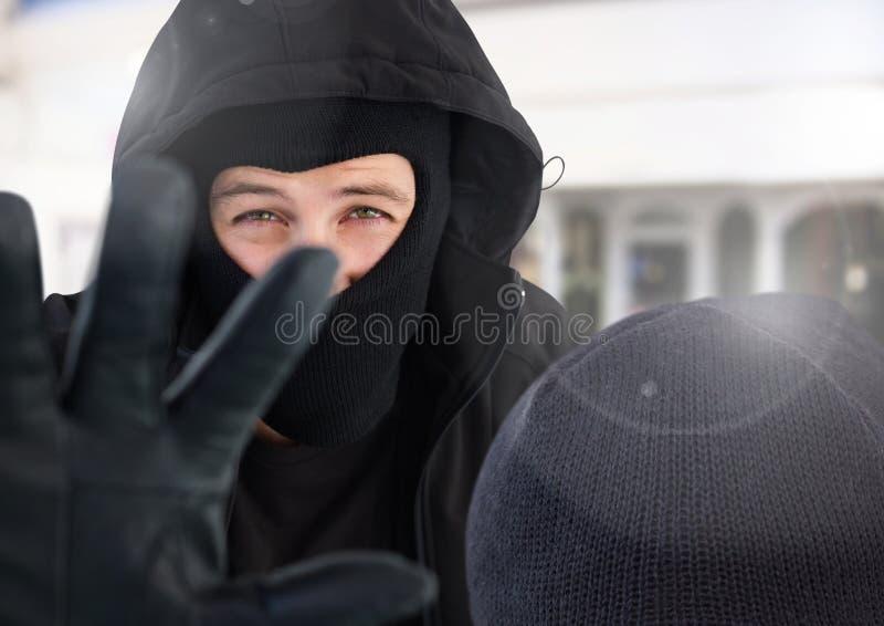 Utsatt blockerande kamera för brottslig man royaltyfri bild
