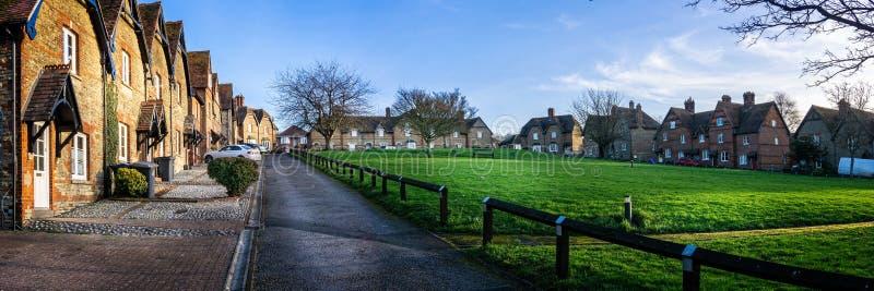 Utsiktfyrkant med arbetarhus som byggs runt om gräs- allmänning i Westbury, Wiltshire, UK arkivbilder