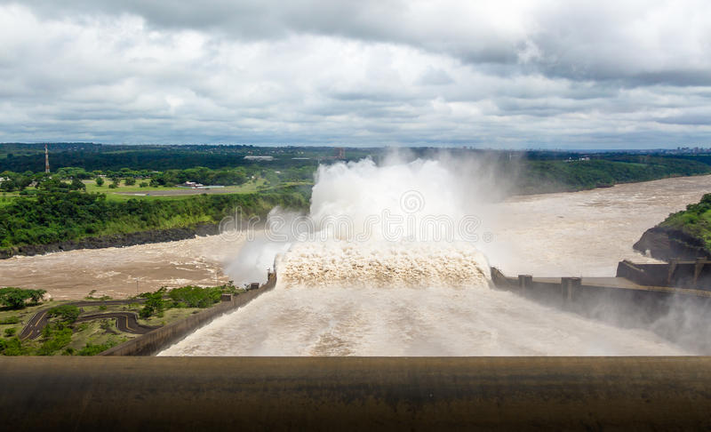 Utskov av den Itaipu fördämningen - Brasilien och Paraguay gräns royaltyfri fotografi