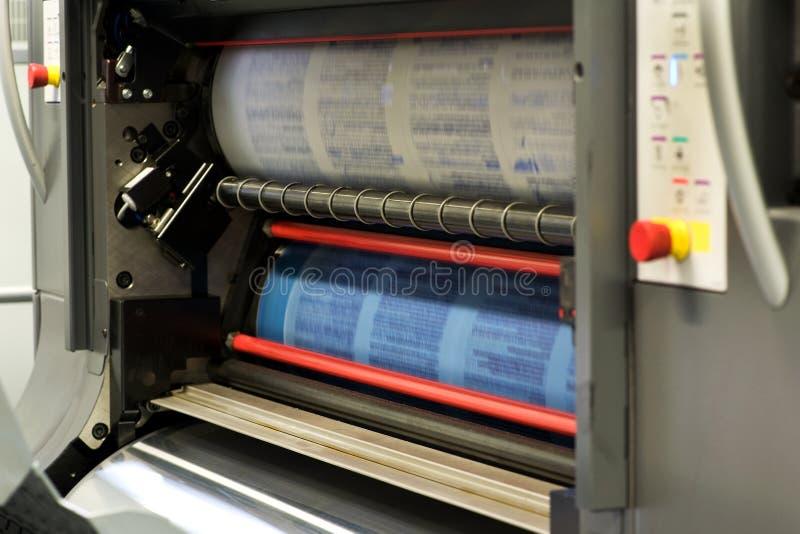 Utskrift av dokument genom att använda maskinen för roterande press royaltyfri fotografi