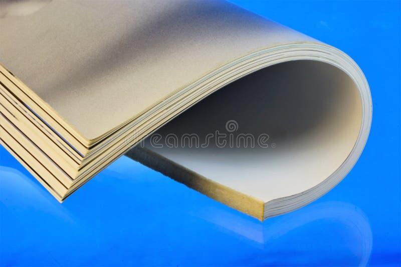 Utskrivaven tidskrift för tidskrift—, på en blå bakgrund Tidskriften har en permanent rubrication och innehåller på artiklar el royaltyfri foto
