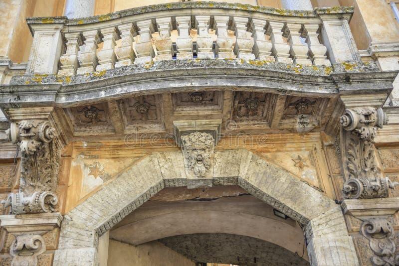Utsmyckad båge och loggia med kolonner Orvieto Italien arkivfoto