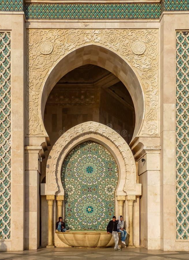 Utsmyckad belagd med tegel springbrunn på den marockanska moskén av Hassan II i Casabla arkivbild