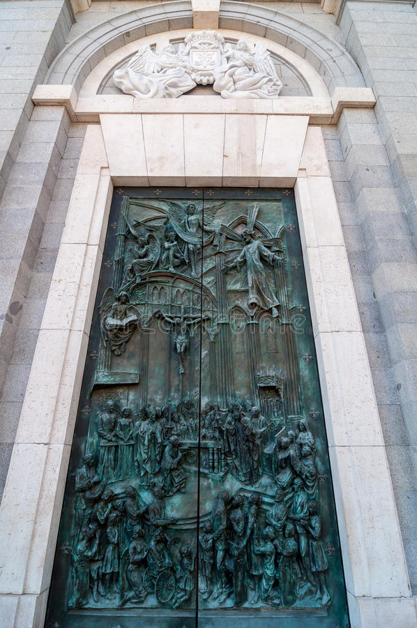 Utsmyckad bronsdörr av Almudena Cathedral i Madrid, Spanien royaltyfri fotografi