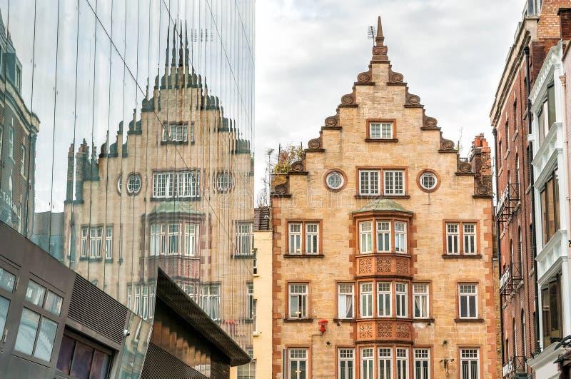 Utsmyckad byggnad på Lisle Street i London royaltyfri fotografi