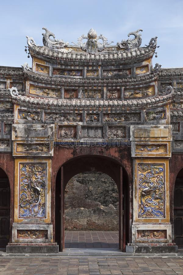 Utsmyckad dörr av citadellen i Huê Vietnam arkivbilder