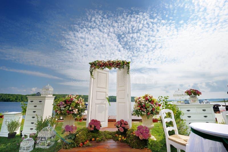 Utsmyckad dörr för vit som en bröllopbåge arkivbild