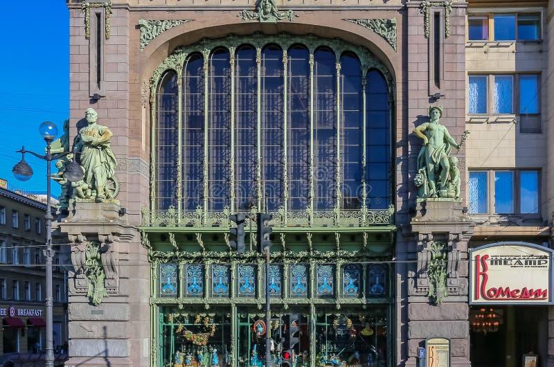 Utsmyckad fasad av en historisk ber?md livsmedelsbutik Eliseevsky p? den Nevsky utsikten i St Petersburg, Ryssland royaltyfria foton