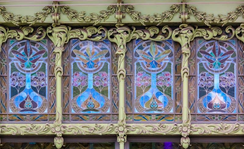 Utsmyckad fasad av en historisk ber?md livsmedelsbutik Eliseevsky p? den Nevsky utsikten i St Petersburg, Ryssland arkivbild