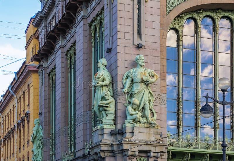 Utsmyckad fasad av en historisk ber?md livsmedelsbutik Eliseevsky p? den Nevsky utsikten i St Petersburg, Ryssland royaltyfri bild