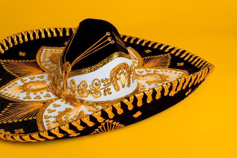 Utsmyckad guld, svartvit mexicansk sombrero royaltyfri fotografi