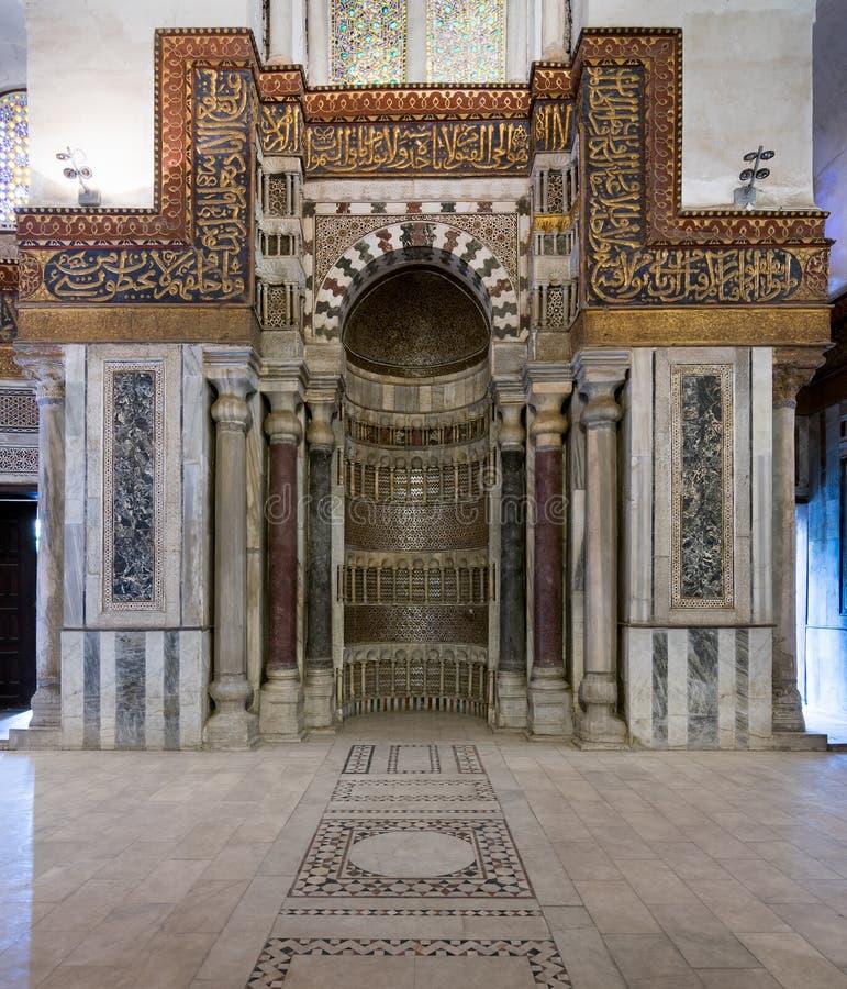 Utsmyckad huggen mihrab, mausoleum av Sultan Qalawun, gammal Kairo, Egypten fotografering för bildbyråer